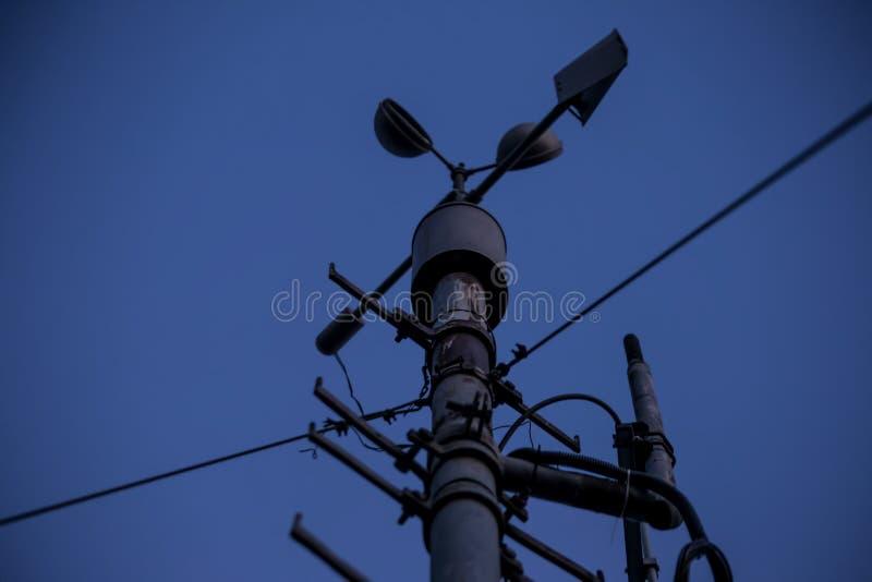 Meteorologiczny instrument - termometr dla pomiarowej prędkości i kierunku wiatr Meteorologiczna stacja w Belgrade obraz stock