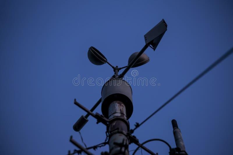 Meteorologiczny instrument - termometr dla pomiarowej prędkości i kierunku wiatr Meteorologiczna stacja w Belgrade obrazy royalty free