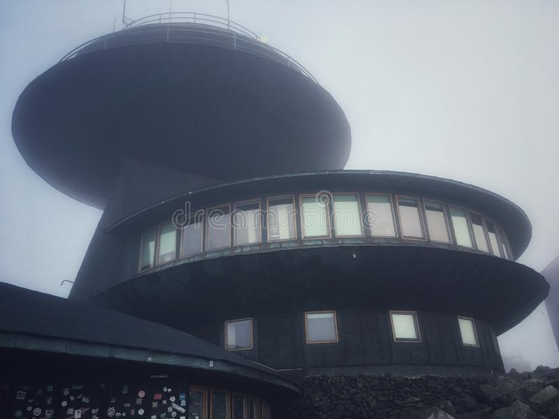 Meteorologiczny obserwatorium na Sniezka górze zdjęcia stock