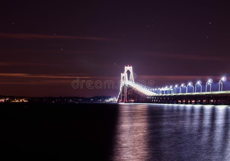 Meteorschauer über der Newport-Brücke stockbild