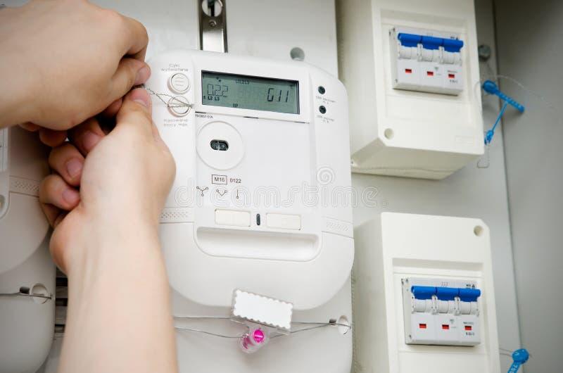 Meter der elektrischen Energie Abfertigung des Technikers stockbilder