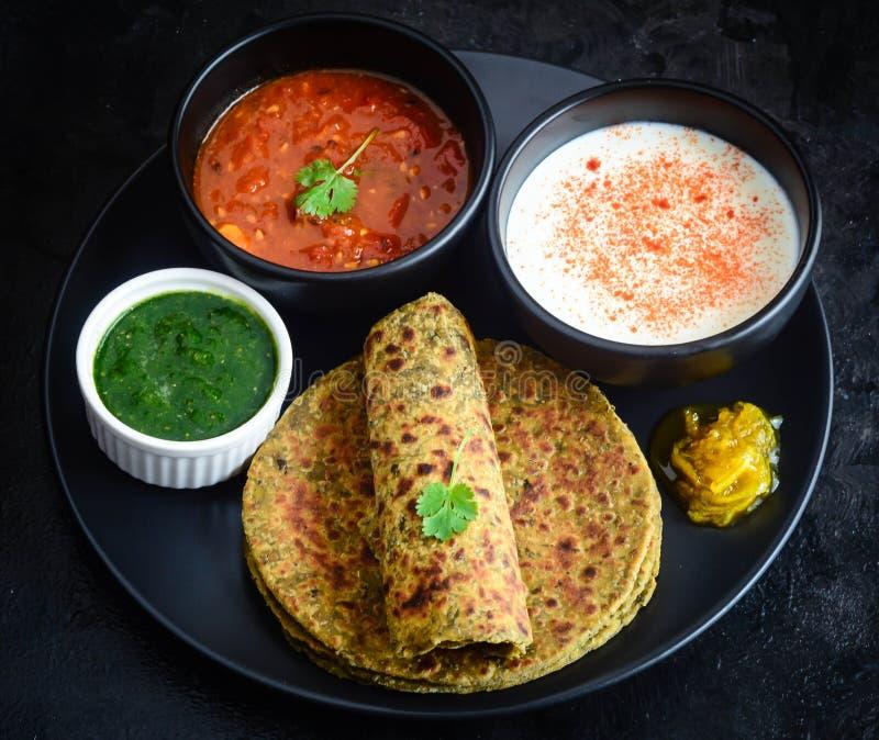 Methi Paratha ou Theple, petit déjeuner indien photographie stock