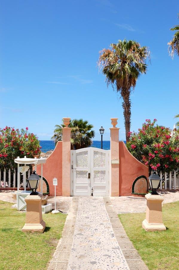 Methode und Tür zum Strand am Luxushotel stockbild