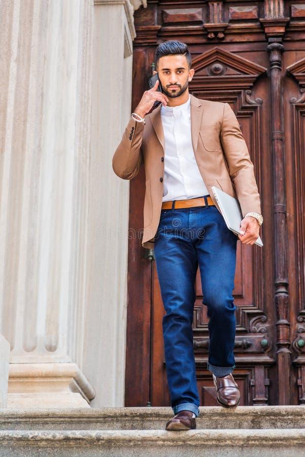 Methode zum Erfolg Junger ostindischer amerikanischer Geschäftsmann mit Bären stockfotos