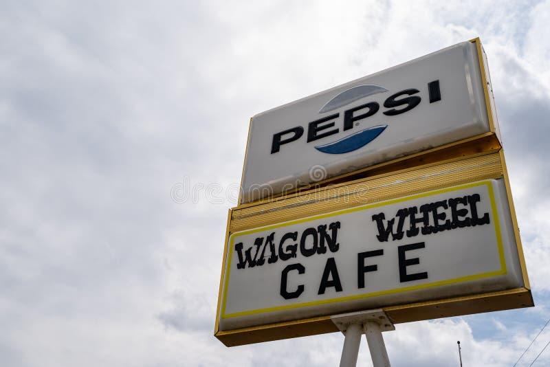 Methow, Washington - 5 luglio 2019: Vecchio segno abbandonato per il precedente caffè della ruota di vagone e motel, chiusi per m immagini stock