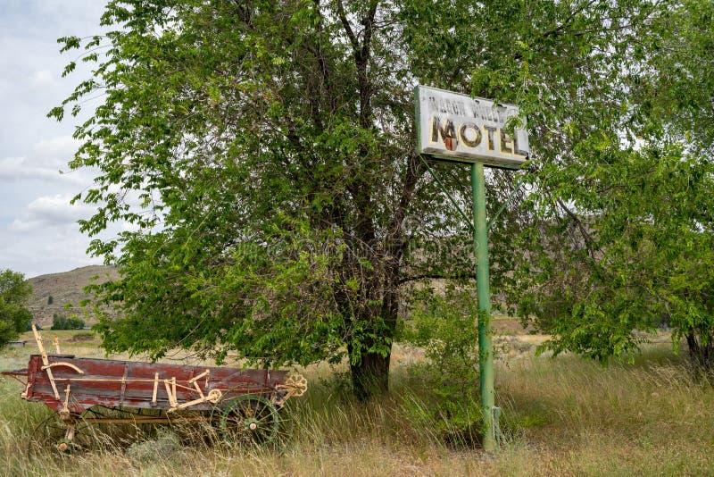 Methow, Washington - sinal abandonado velho para o café anterior da roda de vagão e motel, fechados por muitos anos, ao longo do fotos de stock royalty free