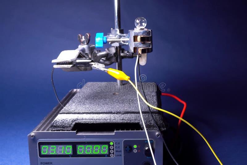 Meting van elektrogeleidingsvermogen van germanium stock afbeeldingen
