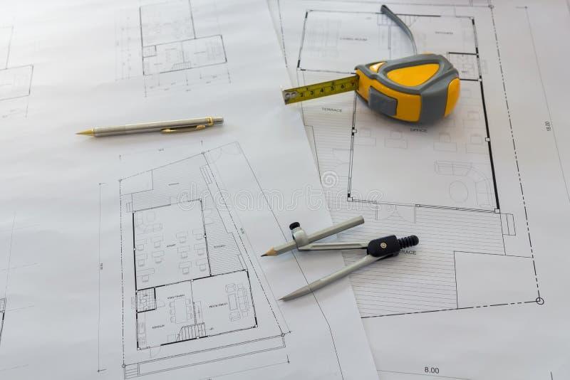 Metingshulpmiddel en verdelers of kompassen op blauwdruk, architecturaal concept stock afbeelding