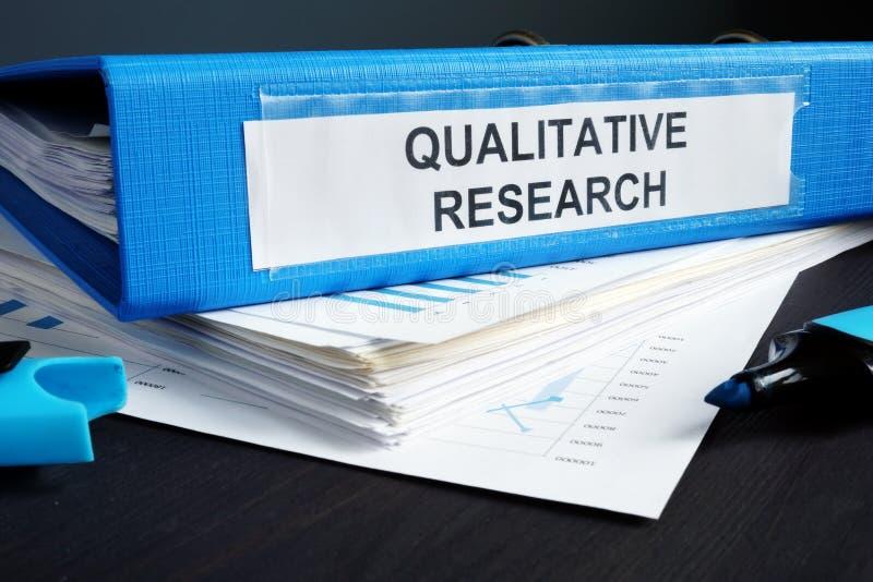 Metoder för kvalitativ forskning anmäler i en mapp arkivfoton