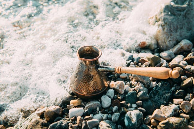 Metodo alternativo di fare caffè all'aperto vicino al mare immagini stock