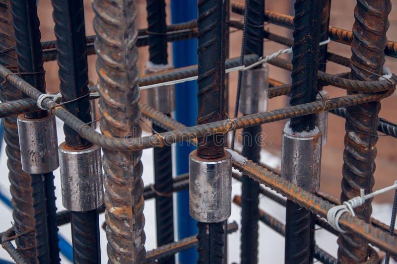 Metodo di collegamento delle barre di rinforzo per lavori in calcestruzzo in un cantiere immagine stock