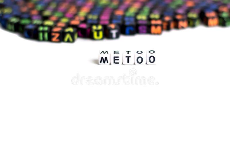metoo som en ny rörelse på vit bakgrund av kulöra kuber med bokstäver arkivfoto