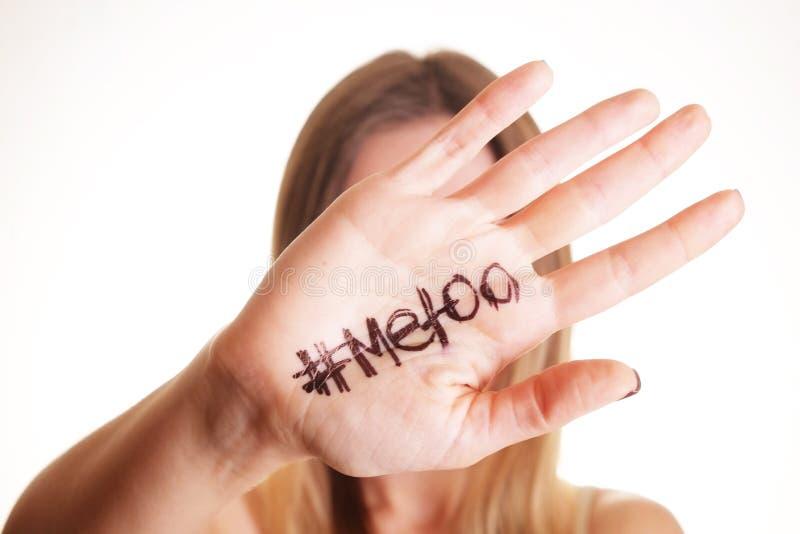 ` METOO ` tekst in vrouwen` s handen Vrouwelijk het machtigen bewegingsconcept stock fotografie
