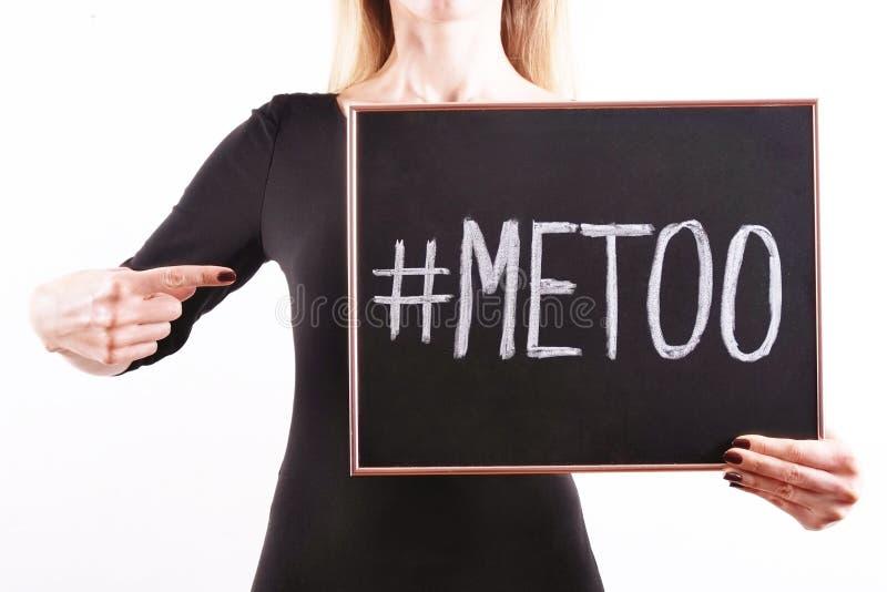 ` METOO ` tekst in vrouwen` s handen Vrouwelijk het machtigen bewegingsconcept stock foto