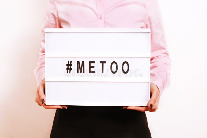 ` METOO ` tekst in vrouwen` s handen Vrouwelijk het machtigen bewegingsconcept stock foto's