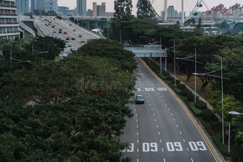 Metrópole asiática larga da autoestrada urbana Constru??es e estruturas modernas Cingapura Estrada na floresta úmida densa imagem de stock
