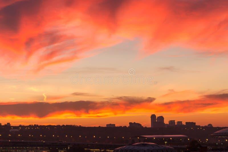Metrópoli grande contra el contexto de una puesta del sol hermosa en la caída fotografía de archivo libre de regalías