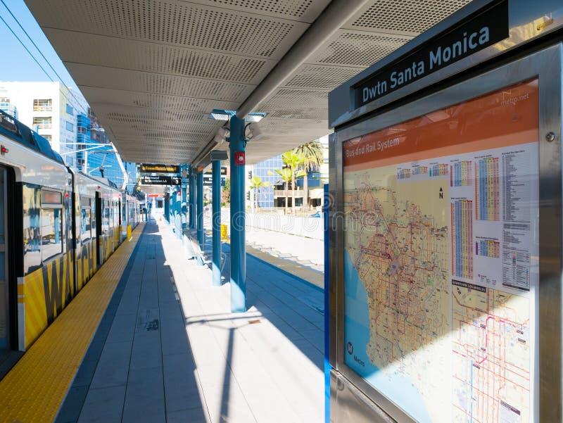 Metra światła poręcz W W centrum Snata Monica platformie obrazy stock