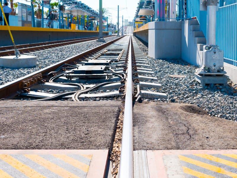 Metra światła poręcza Estradowy Przyglądający Zachodni Przy 26th St/Bergamot stacją W Snata Monica obraz stock