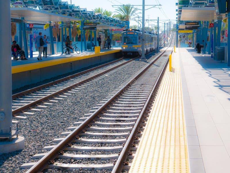 Metra światła poręcza Estradowy Przyglądający Zachodni Przy 26th St/Bergamot stacją W Snata Monica obrazy royalty free