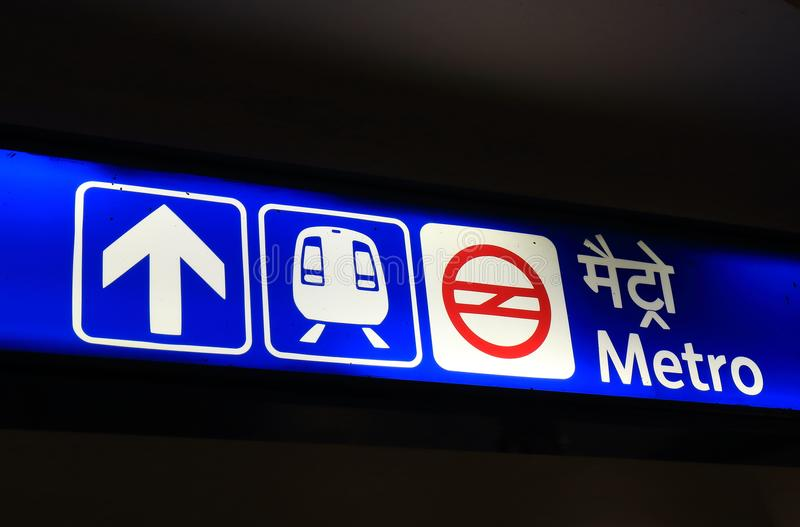 Metra metra podziemny signage New Delhi India obraz royalty free