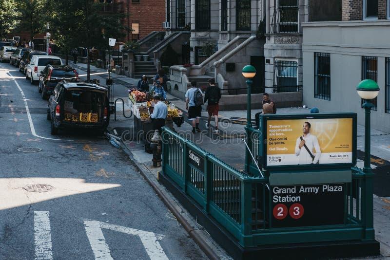 Metra wejście Uroczysta wojsko placu stacja podpisuje wewnątrz Brooklyn, Nowy Jork, usa obraz royalty free
