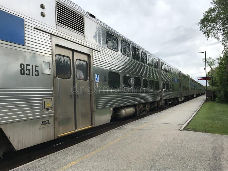 Metra-Zug kommt zu der Station lizenzfreie stockfotos