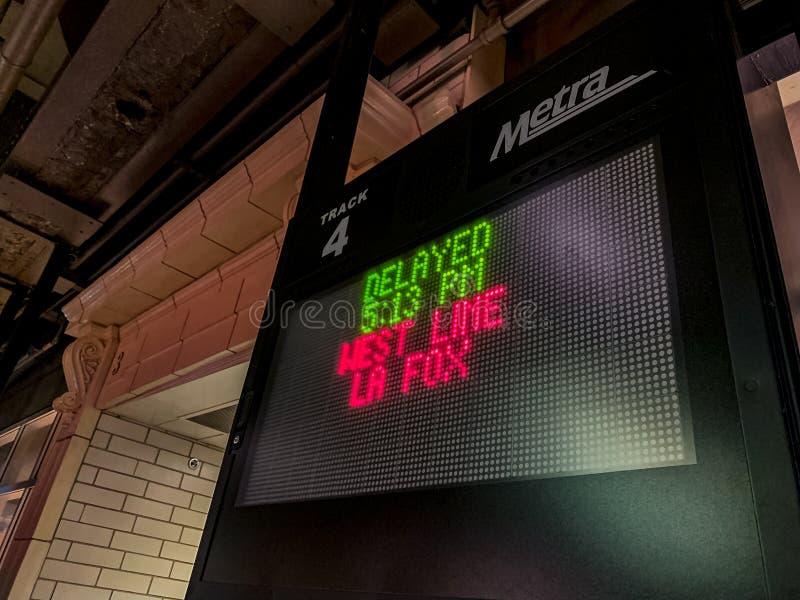 Metra-Zug-Verzögerungszeichen während des Wintersturms lizenzfreies stockfoto