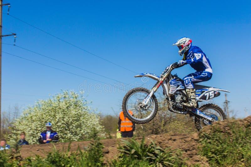 Metragem do campeonato do motocross da mola imagens de stock
