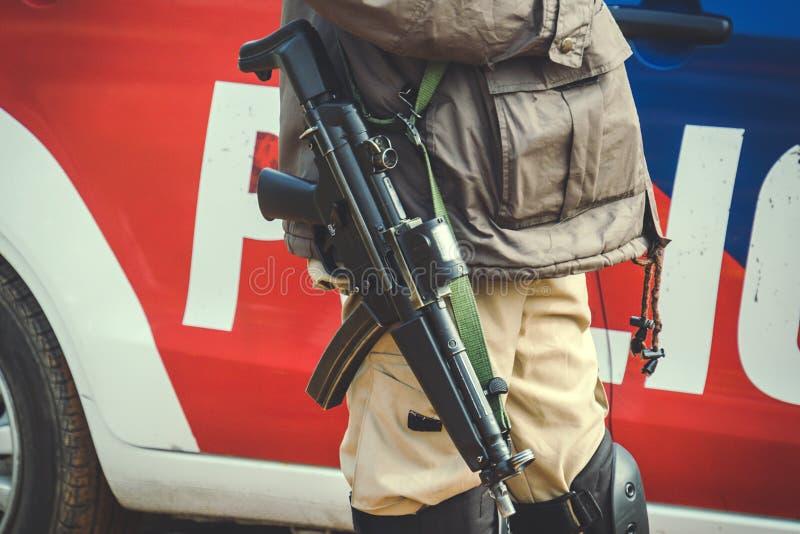 metralhadora no ombro de uma BOBINA fotos de stock royalty free