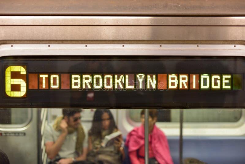 Metro bij de Brugpost van Brooklyn, New York stock afbeeldingen