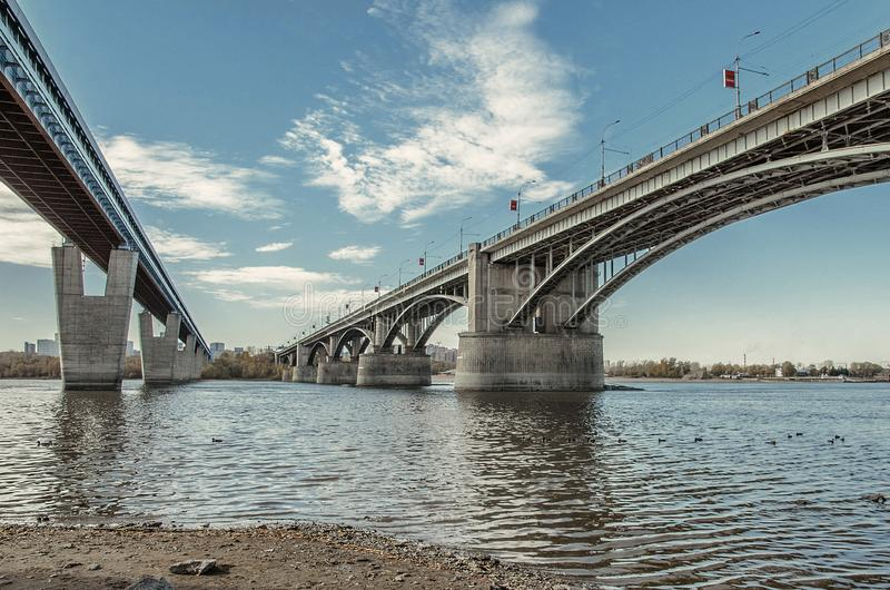 Metro brug en Communale brug over Ob-rivier in Novosibirsk, Rusland, mening van onderaan royalty-vrije stock afbeelding