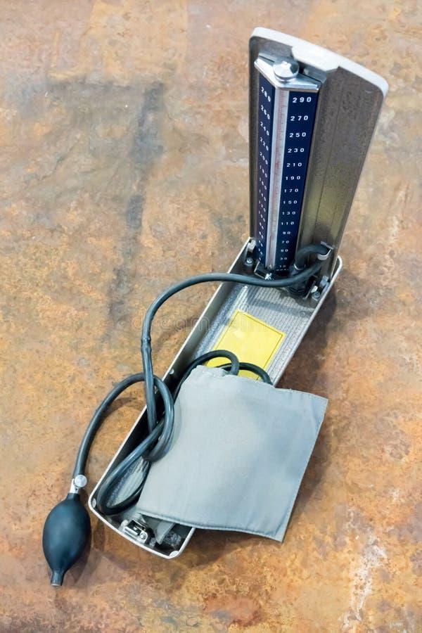 Metro d'annata di pressione sanguigna con il manometro a mercurio ed il tubo di vetro fotografia stock