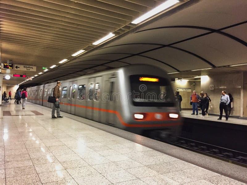 Metro de Atenas, trem de pressa que aproxima-se, Grécia fotos de stock royalty free