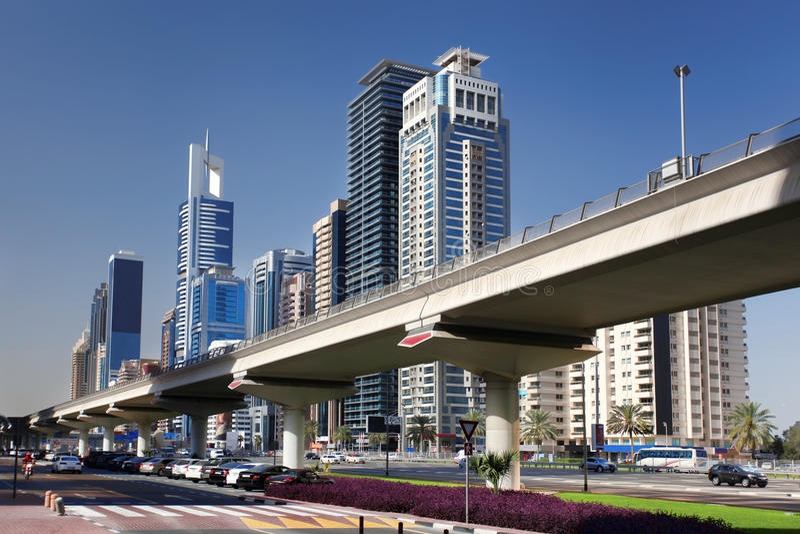 Metro de Dubai contra los rascacielos, United Arab Emirates foto de archivo