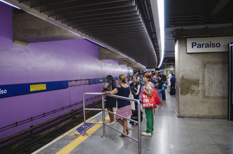 Metro de espera dos povos na estação de Ana Rosa fotos de stock royalty free