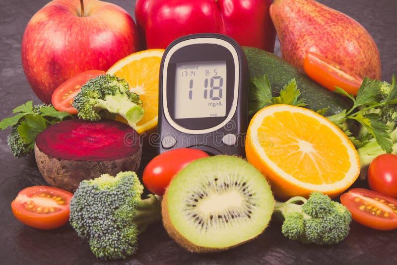 Metro de la glucosa con el nivel del azúcar y frutas con las verduras, postre nutritivo que contiene los minerales y las vitamina foto de archivo libre de regalías