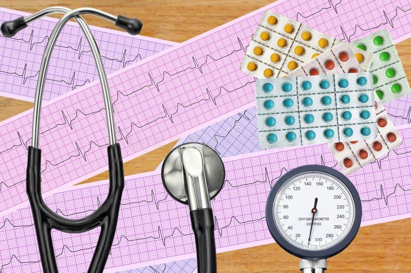 Metro de la presión arterial, tableta digital, píldoras y estetoscopio fotos de archivo libres de regalías