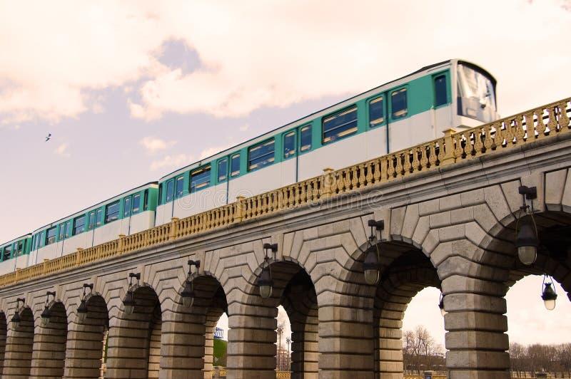 Metro de Paris na ponte fotos de stock