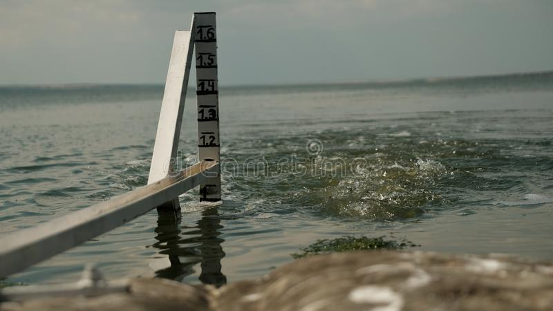 Metro del nivel del agua en el fondo del agua hirvienda imagenes de archivo