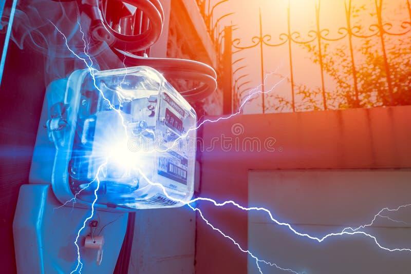 Metro del vatio-hora con el peligro del cortocircuito de la electricidad del poder del abuso fotos de archivo libres de regalías