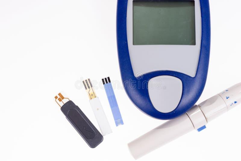 Metro della glicemia per le strisce test di misurazione della glicemia fotografia stock libera da diritti