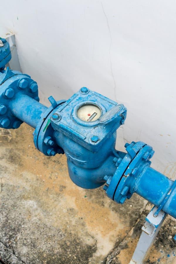 Metro della pompa idraulica nell'area all'aperto Sistema Pipping nel colore blu immagini stock