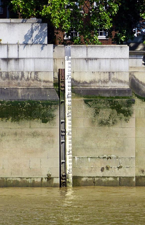 Metro di profondità del livello dell'acqua nel Tamigi, Londra, Inghilterra, Regno Unito fotografie stock libere da diritti