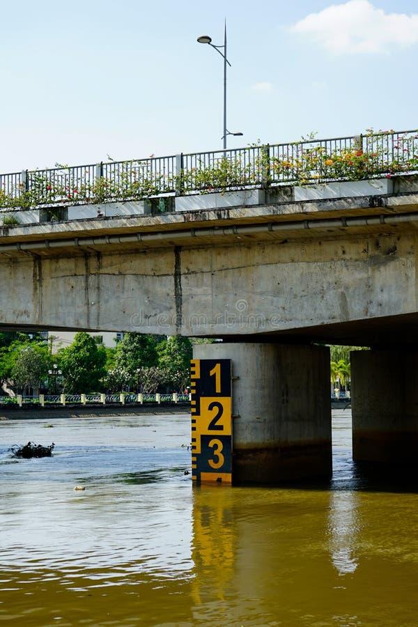 Metro di profondità in fiume Saigon, Vietnam immagini stock libere da diritti