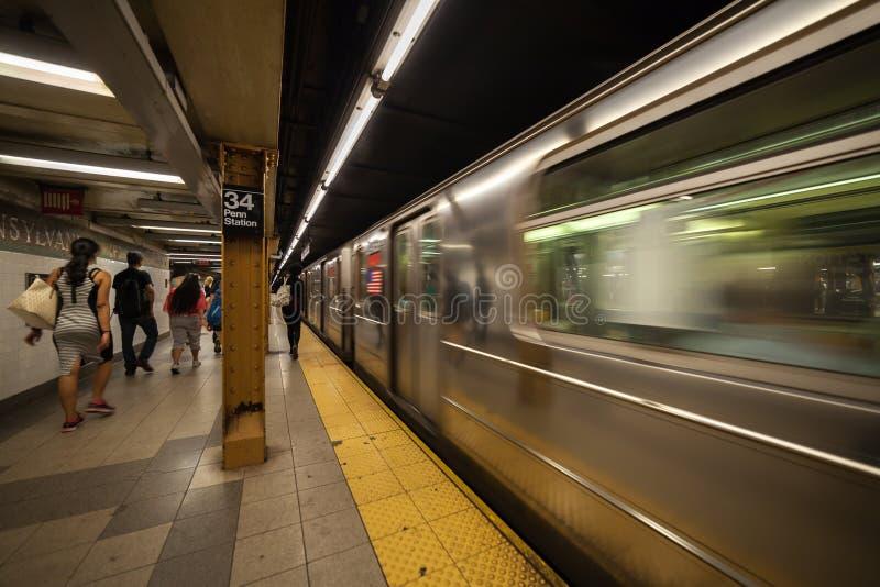 Metro die bij platform in Penn Station aankomen stock foto