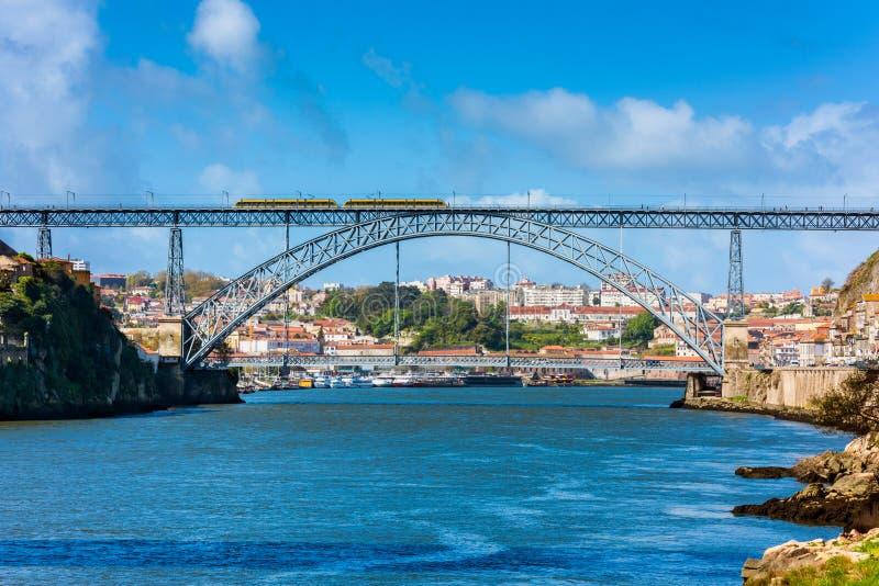Metro die Dom Luis I kruisen Brug in Porto Portugal royalty-vrije stock foto's