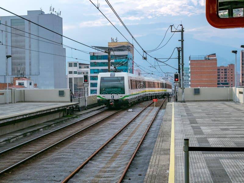 Metro die in Medellin-station, Colombia aankomen stock afbeeldingen