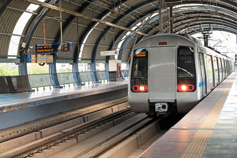Metro, die zu Dwarka-Station in Neu-Delhi Indien kommt lizenzfreies stockfoto