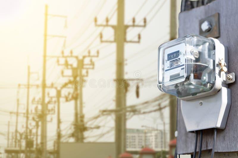 Metro eléctrico en puesta del sol eléctrica del fondo del polo fotos de archivo